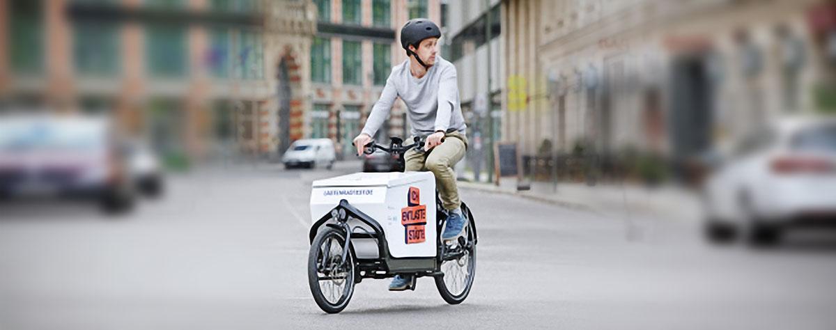 Mann fährt Lastenrad