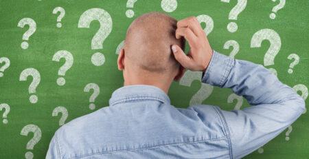 Mann mit Fragezeichen über dem Kopf