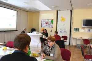 Teilnehmer sitzen im Gemeindehaus Wöbbelin