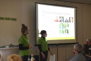 Lea Baumbach und Carla Weisse eröffnen die Schulung