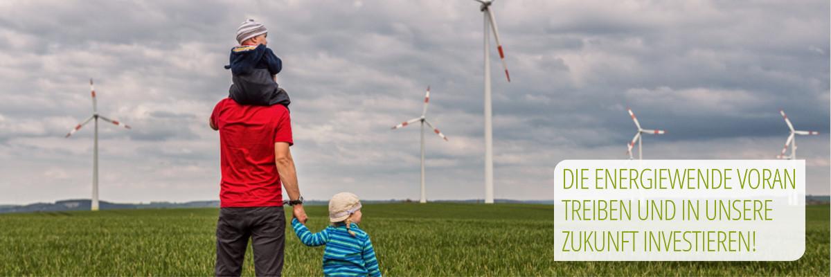 Familie vor Windkraftanlagen