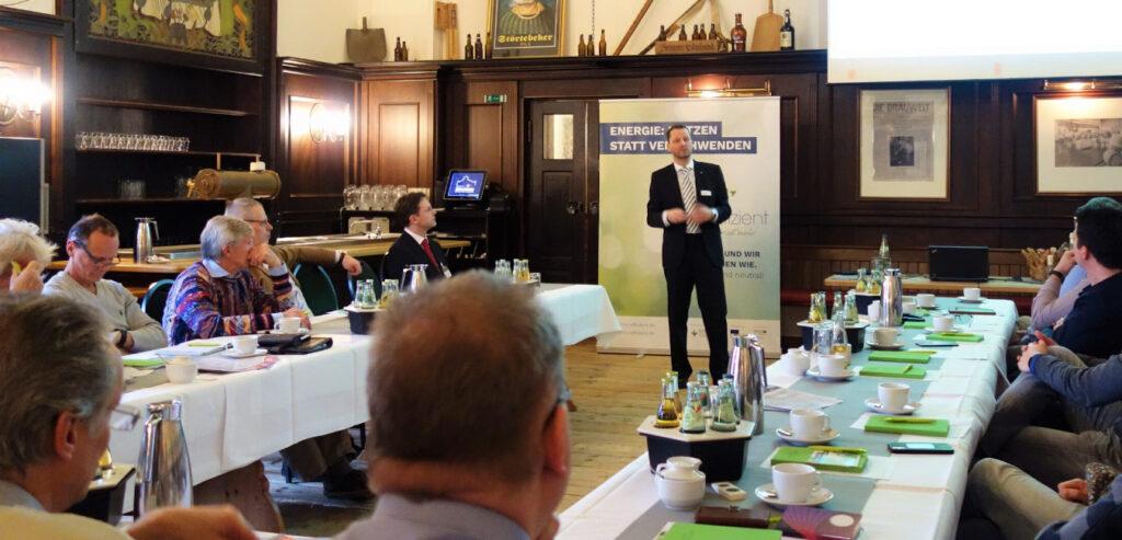 Dr. Uwe Borchert stellt die LEKA MV bei einem MVeffizient-Stammtisch vor